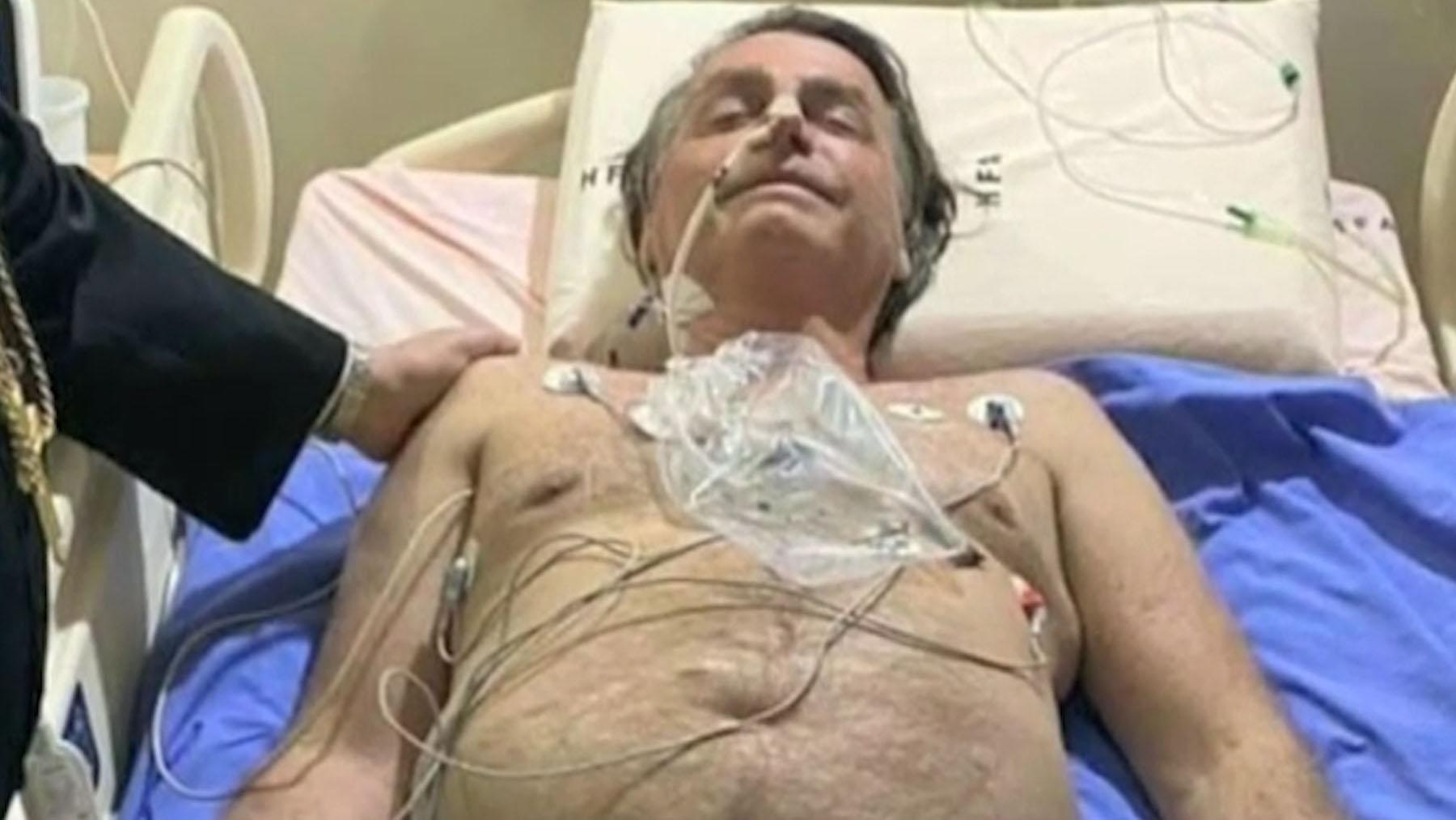 Jair Bolsonaro tendido en una cama del hospital.