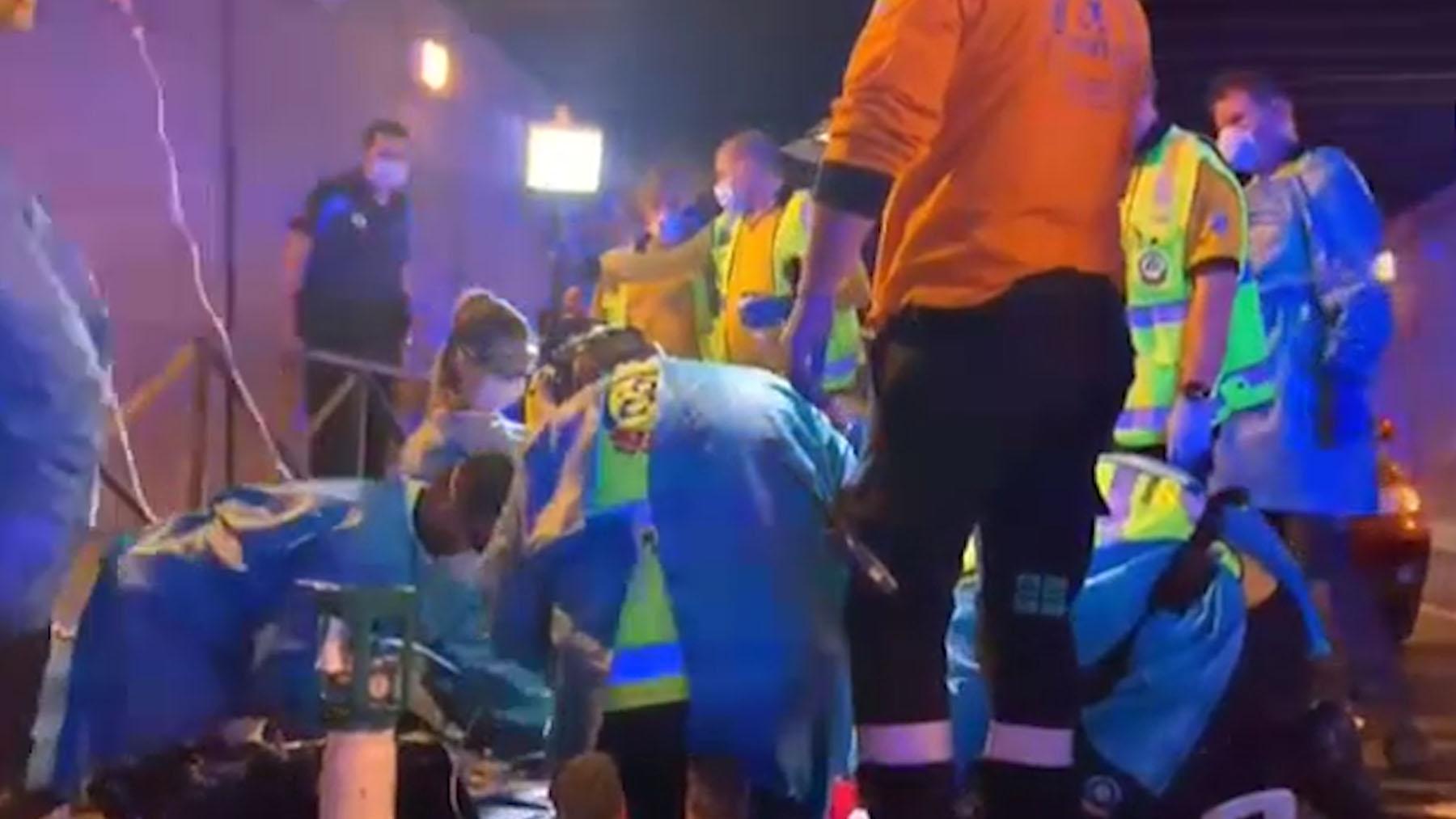 Los equipos de emergencias intentan reanimar a la víctima.