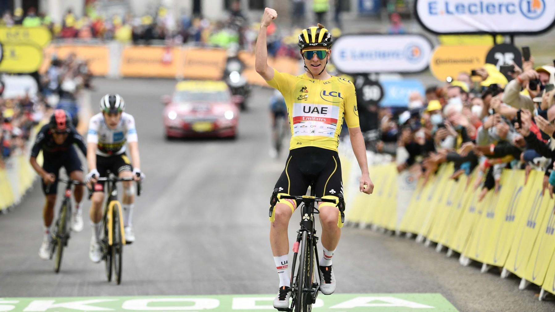 Pogacar celebra la victoria en meta. (AFP)