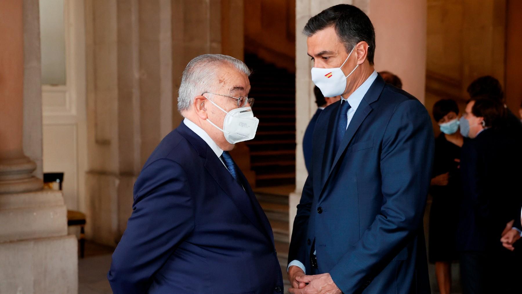 Pedro Sánchez con el presidente del TC, Juan José González Rivas. (Foto: Efe)