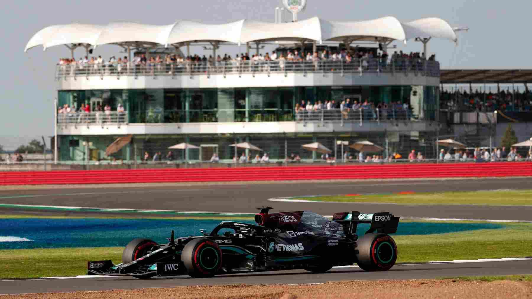 Lewis Hamilton  durante la sesión de clasificación del Gran Premio de Gran Bretaña de Fórmula 1. (AFP