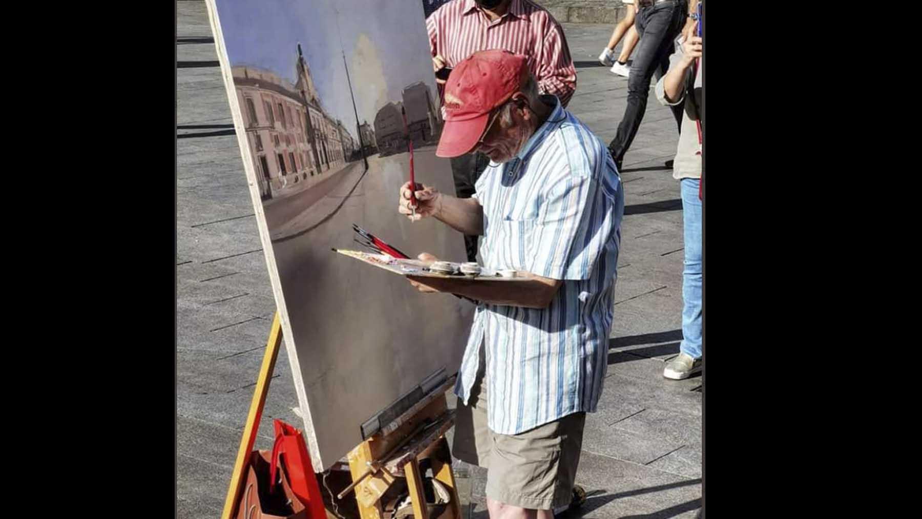 El pintor Antonio López en la Puerta del Sol.