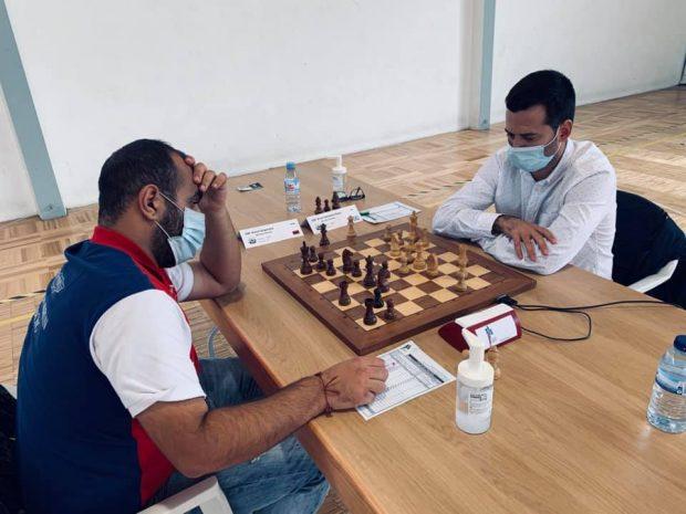 Arián, a la derecha, durante un torneo de ajedrez.