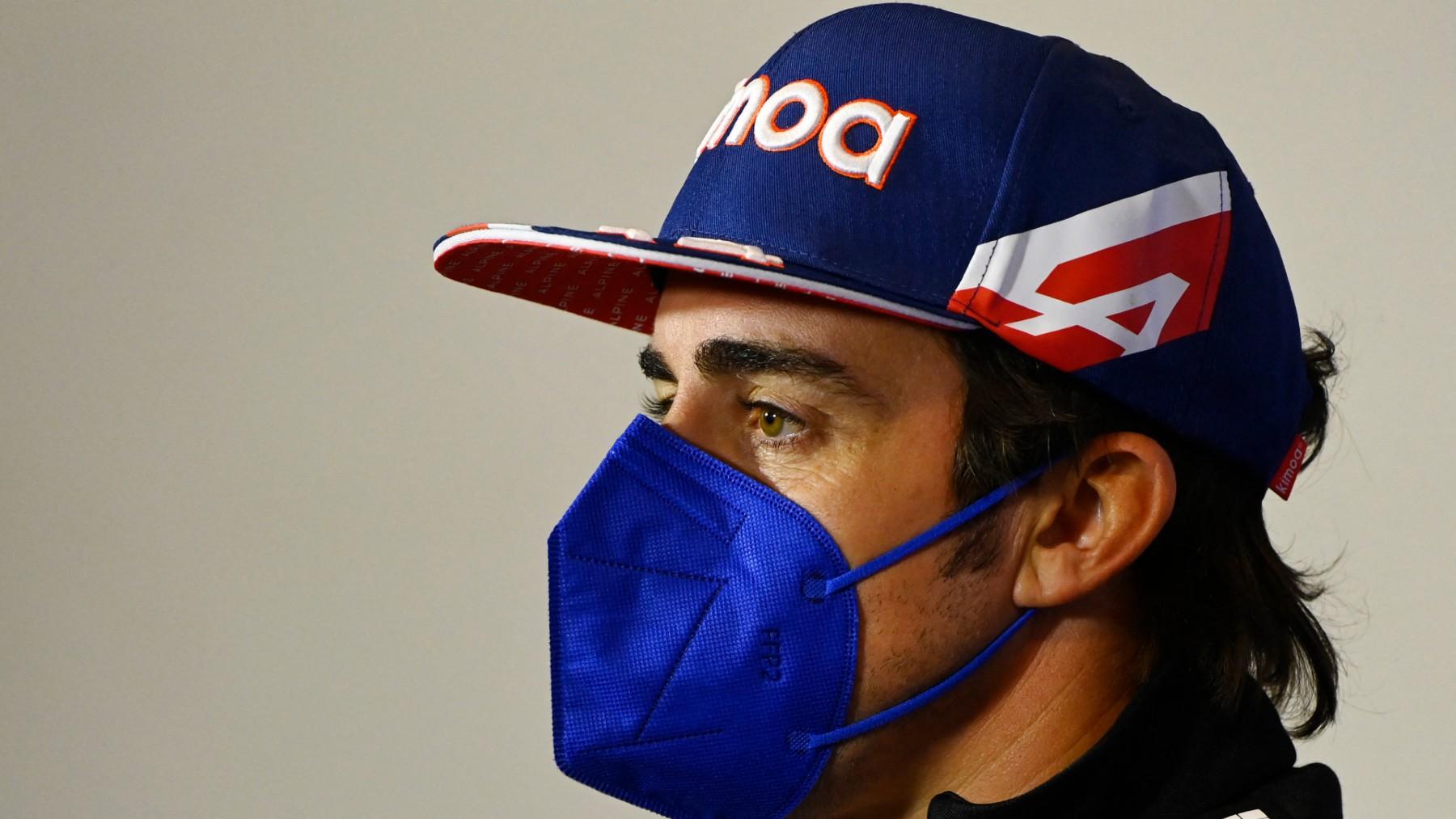 Fernando Alonso, atendiendo a los medios de comunicación en el GP de Gran Bretaña. (AFP)