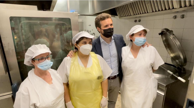 Pablo Casado visita un comedor social madrileño