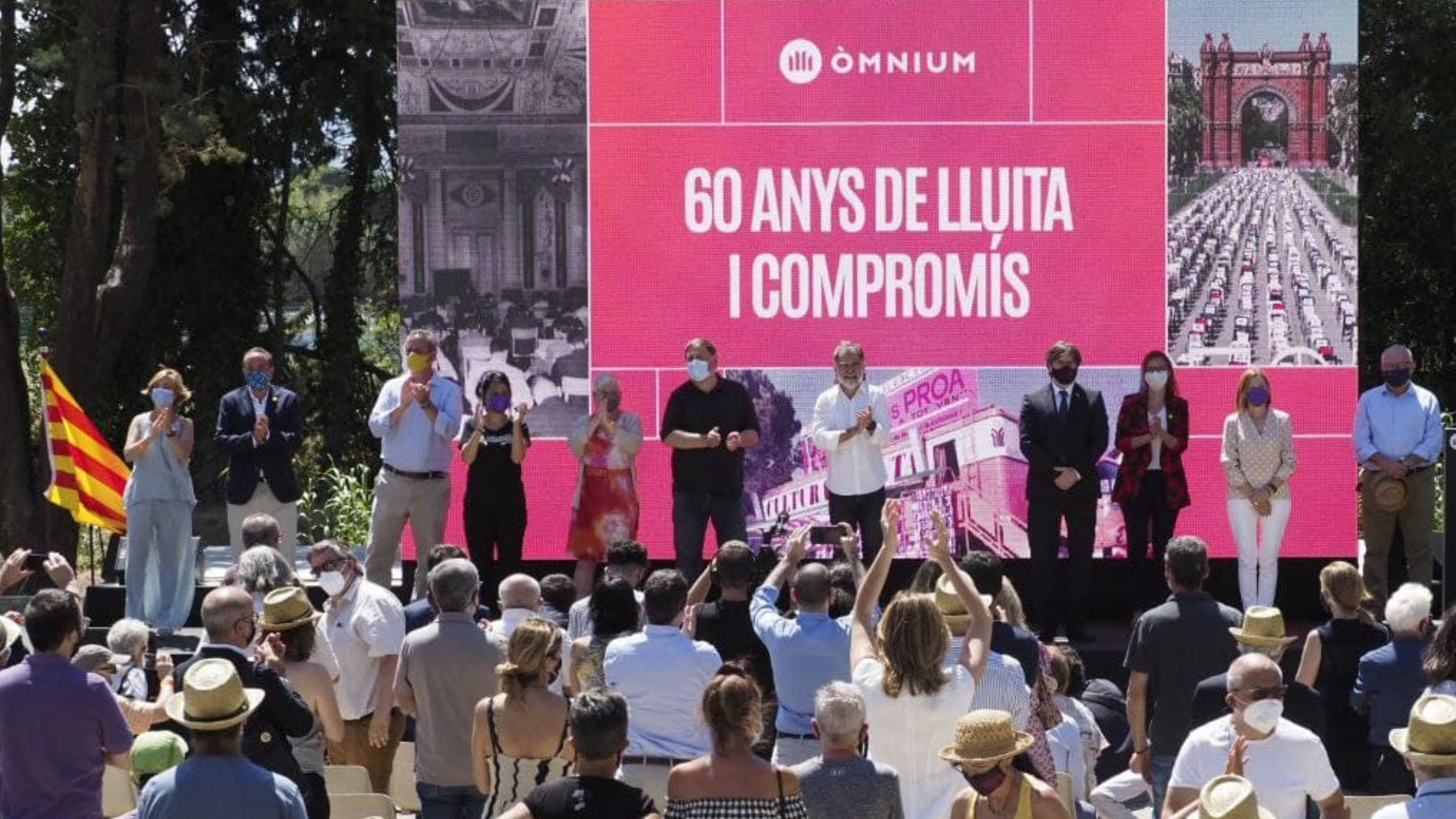 Puigdemont y Junqueras flanquean a Cuixart en el acto de Òmnium.