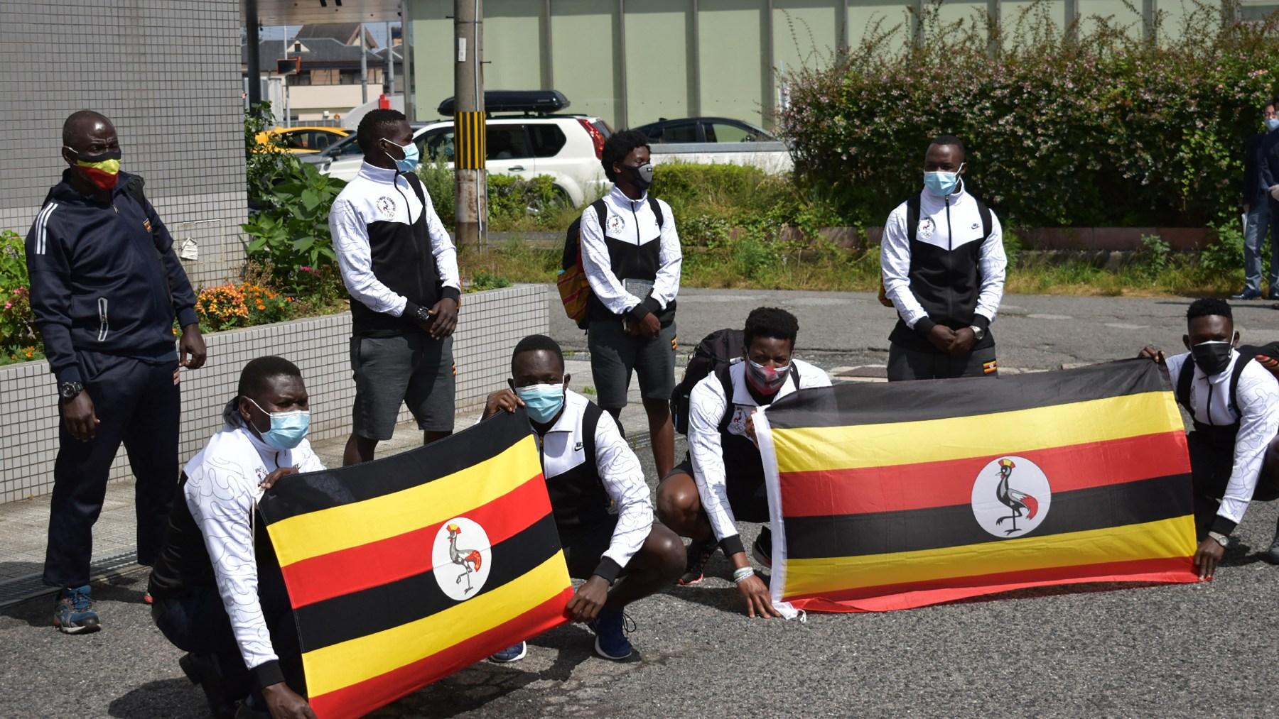 La delegación de Uganda a su llegada al hotel en Izumisano. (AFP)