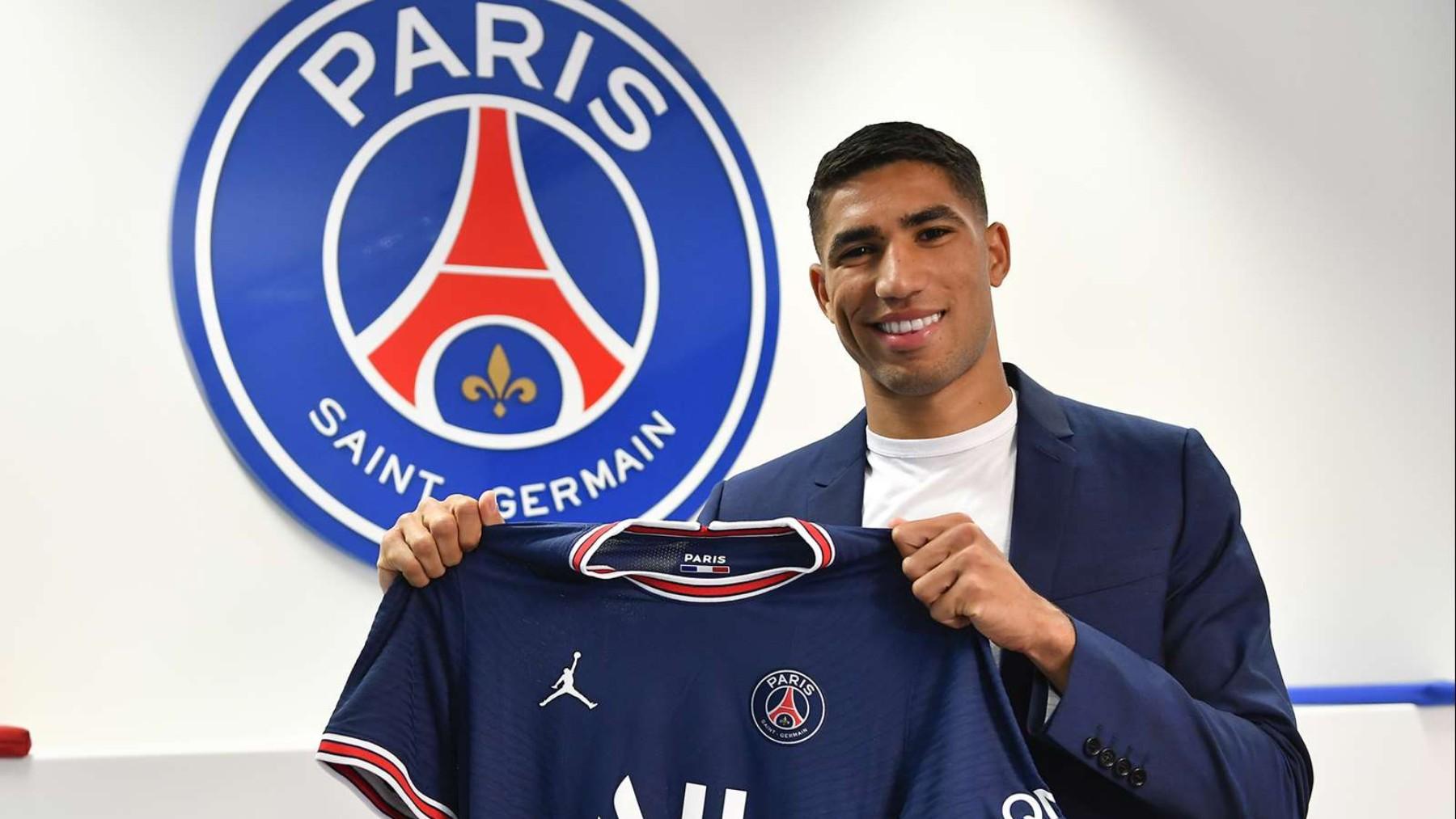 Achraf Hakimi posa con la camiseta del PSG. (PSG.fr)