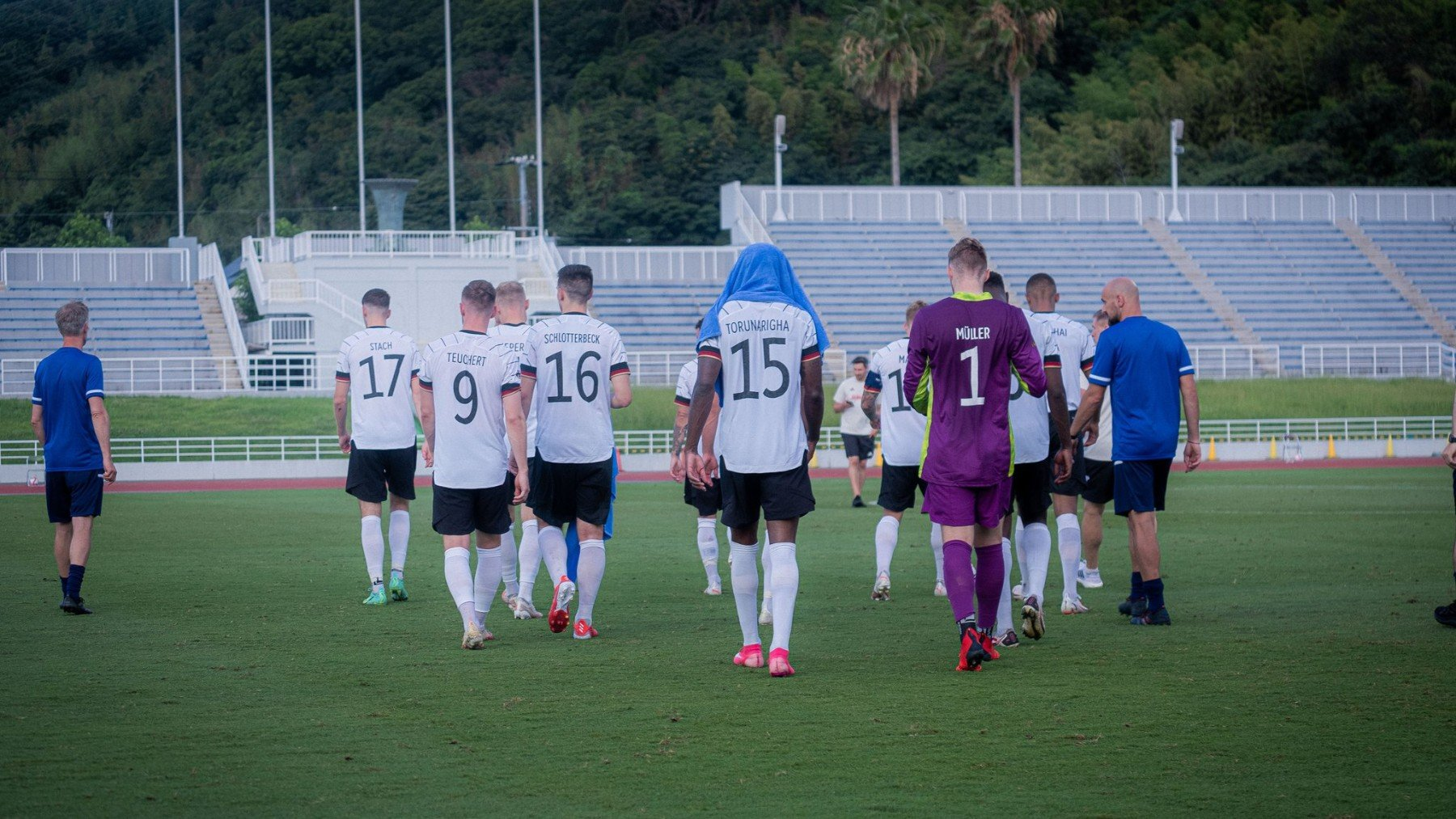 Los jugadores de Alemania se marchan del campo tras el episodio racista. (Foto: selección alemana)