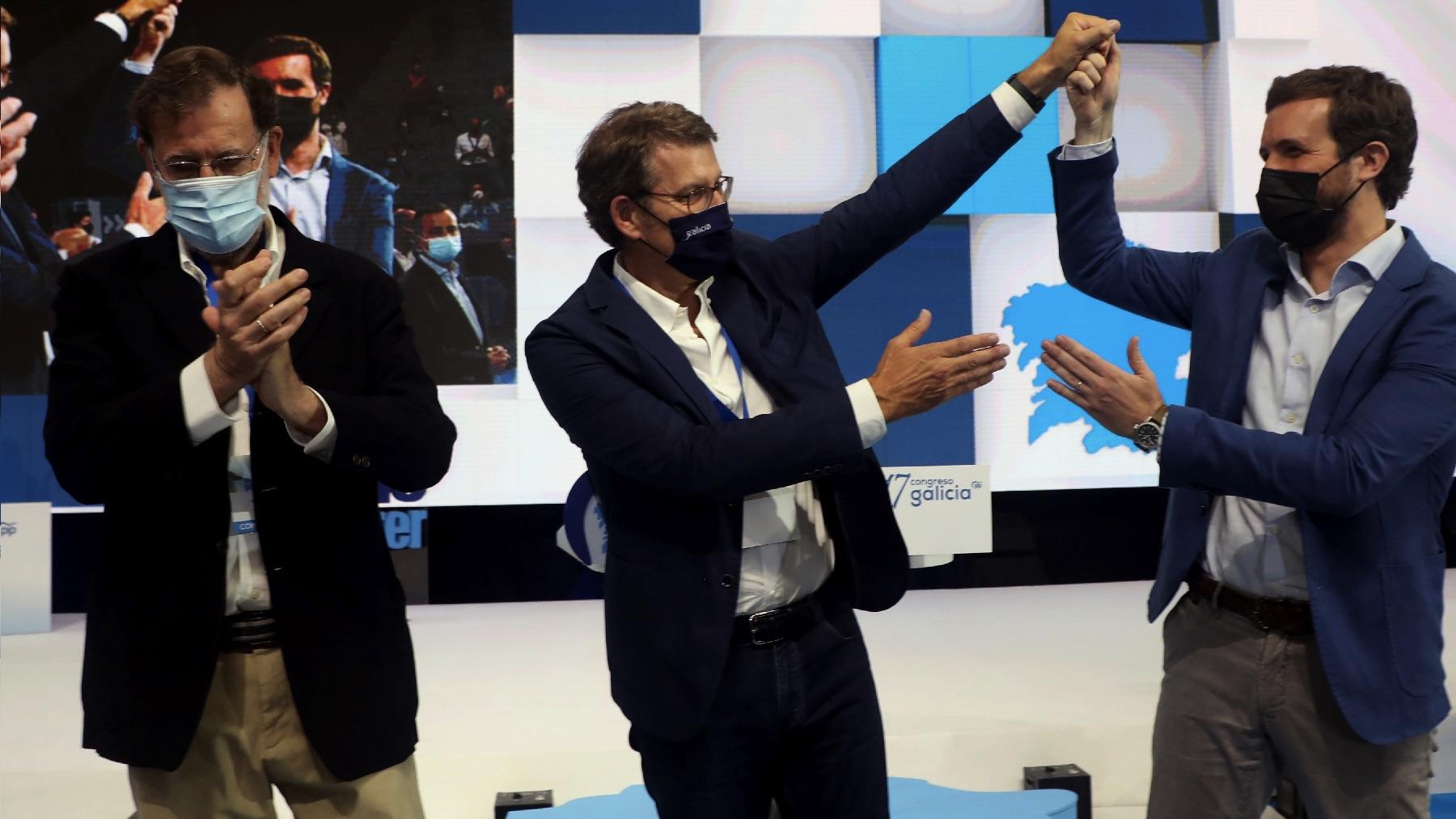 Mariano Rajoy, Alberto Núñez Feijóo y Pablo Casado este sábado. (Foto: EFE)
