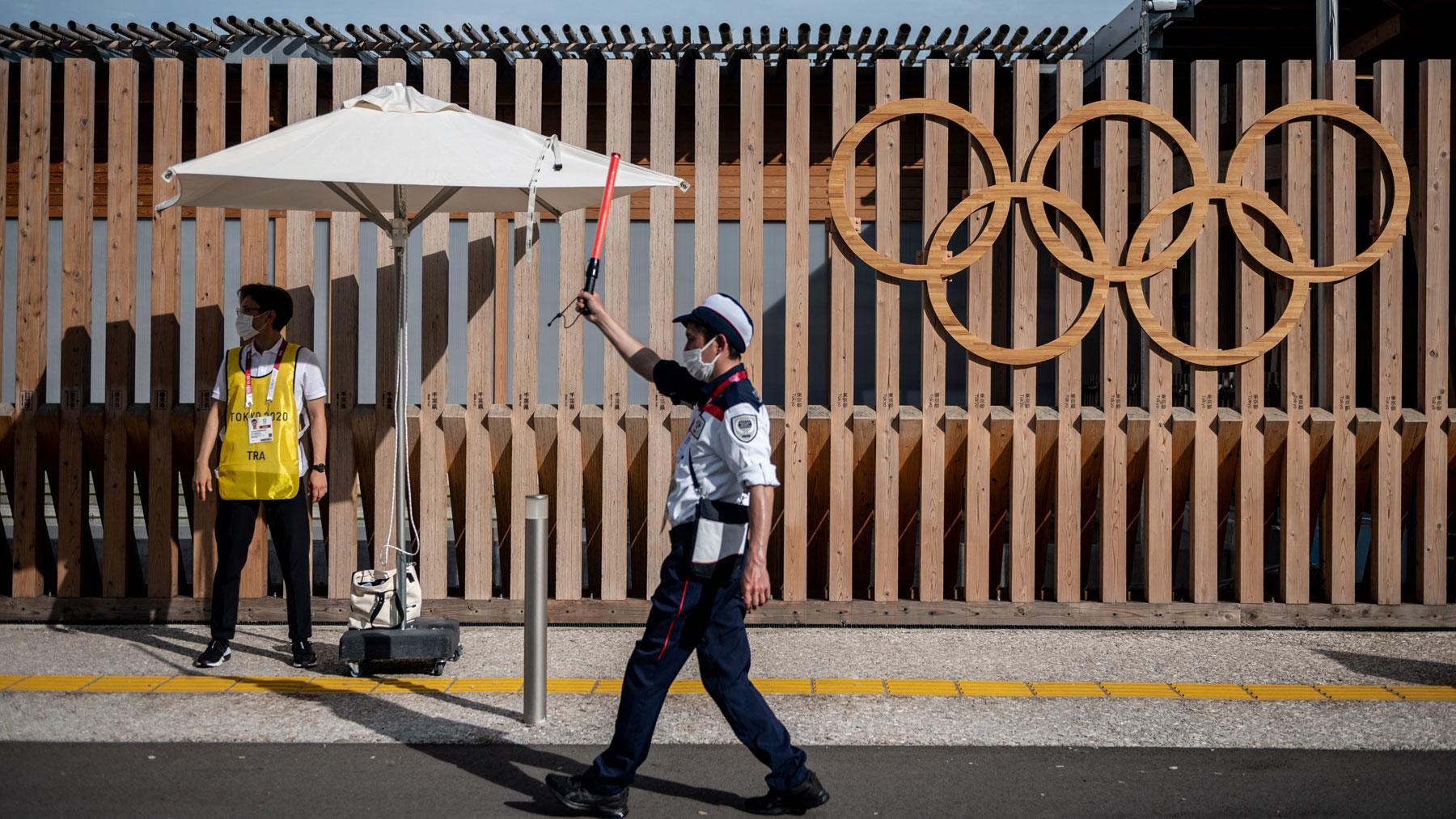 Un miembro de seguridad en el acceso a la Villa Olímpica (AFP)