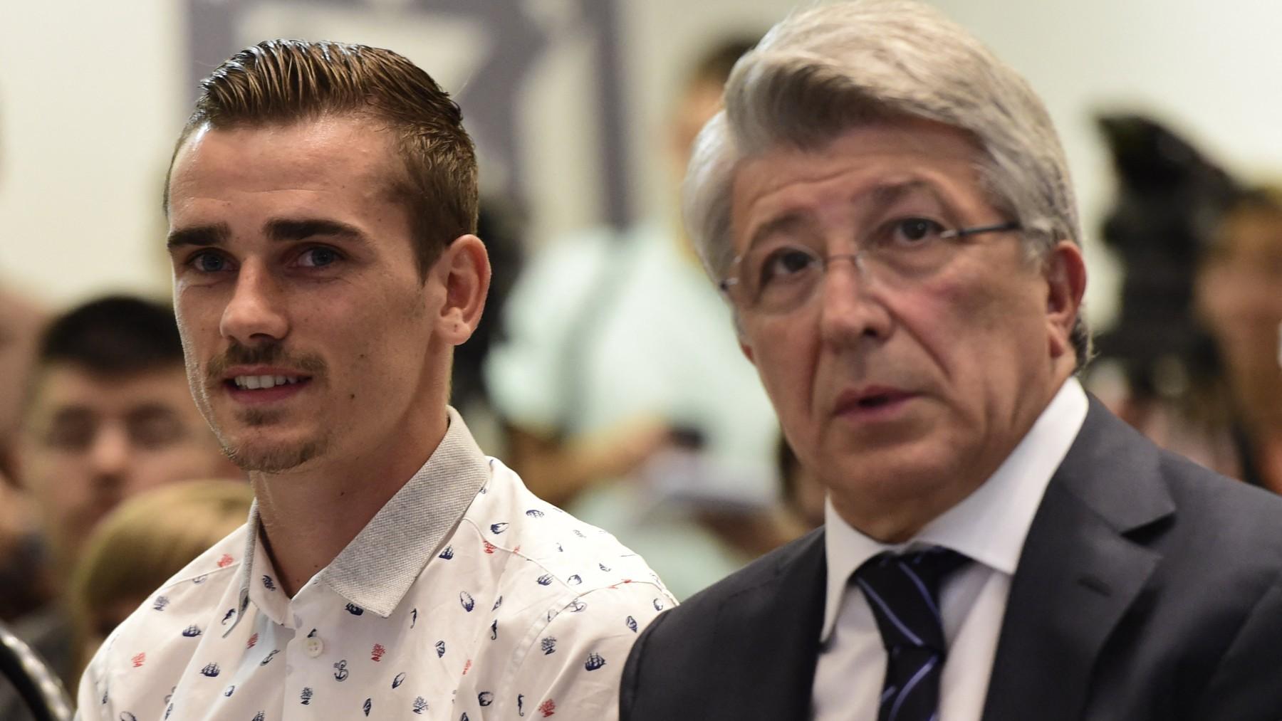 Enrique Cerezo y Antoine Griezmann durante la presentación del francés con el Atlético. (AFP)