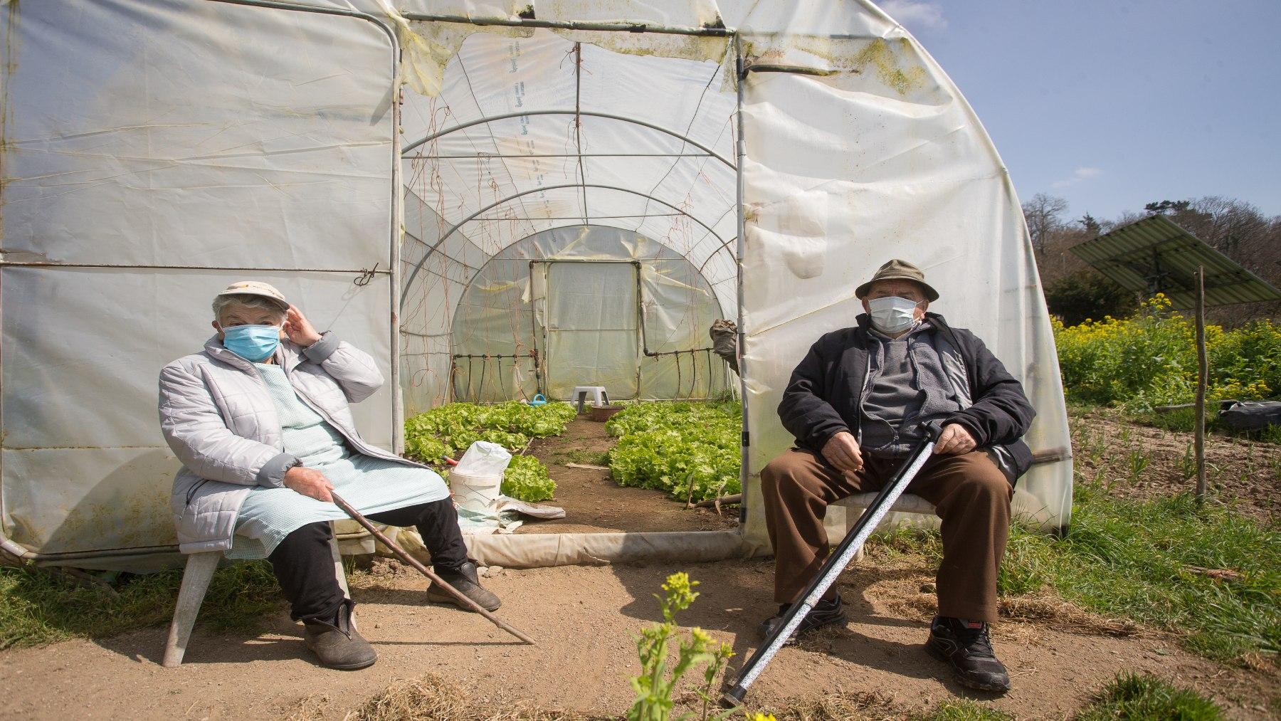 Agricultores descansan junto a un invernadero (CARLOS CASTRO / EUROPA PRESS). (1)