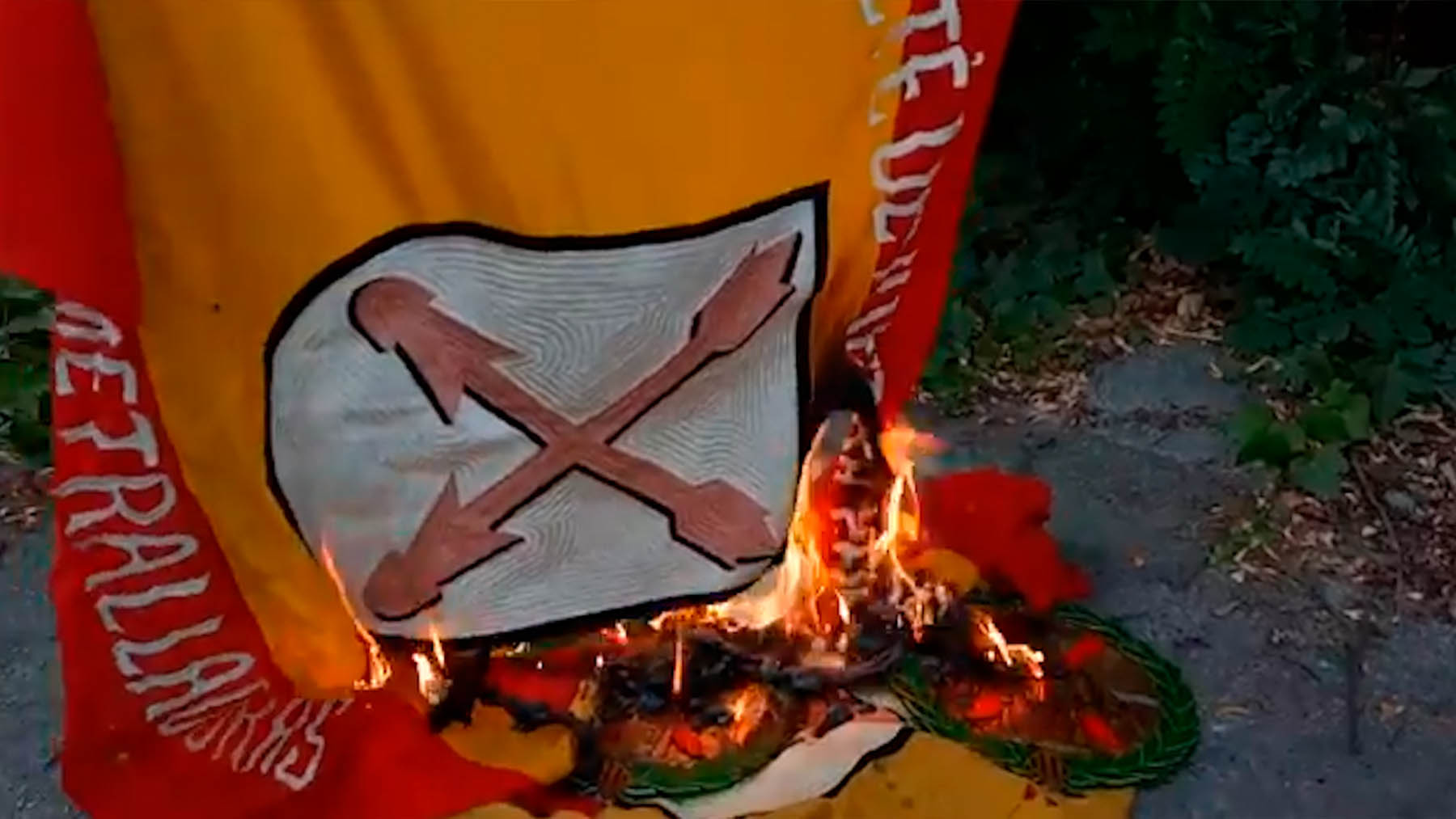 Separatistas radicales quemando banderas dedicadas los requetés.