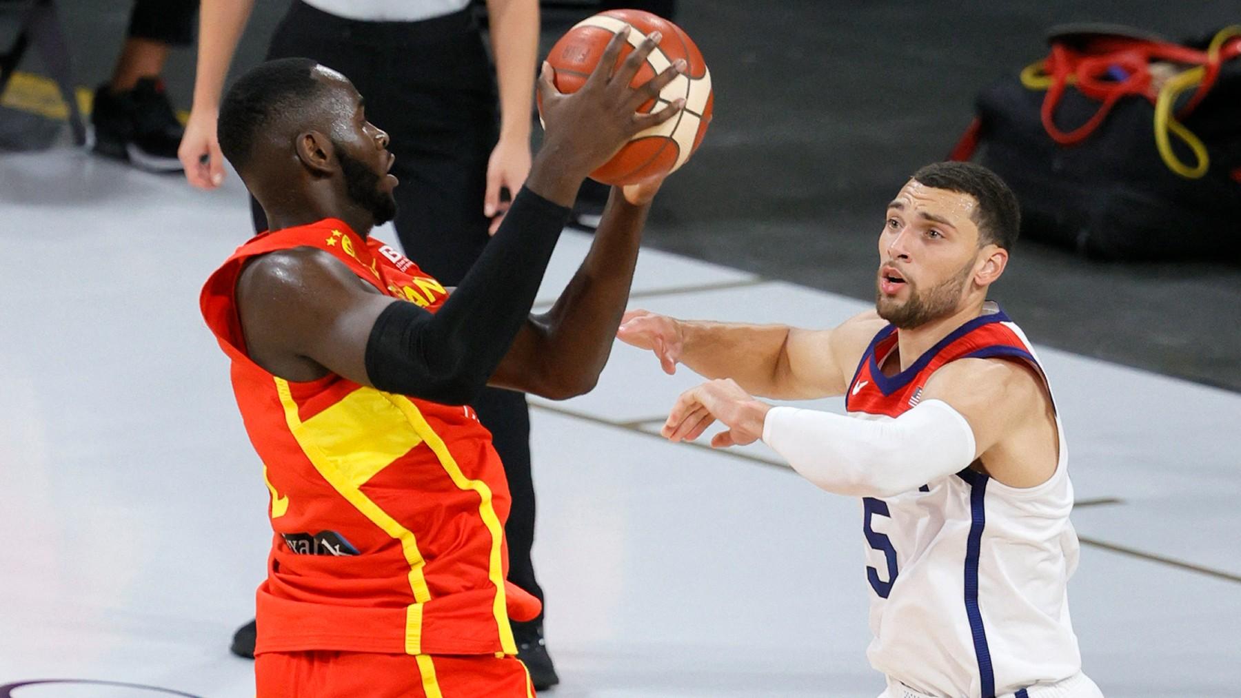 Garuba y Lavine pelean por un balón. (AFP)
