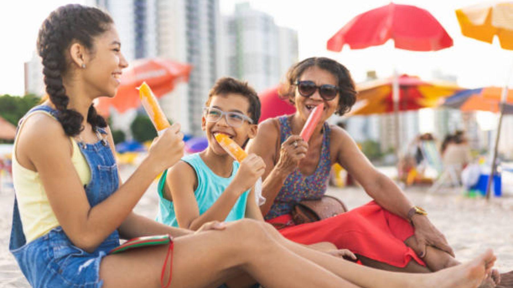 Descubre qué snacks podemos dar a los niños en la playa o la piscina
