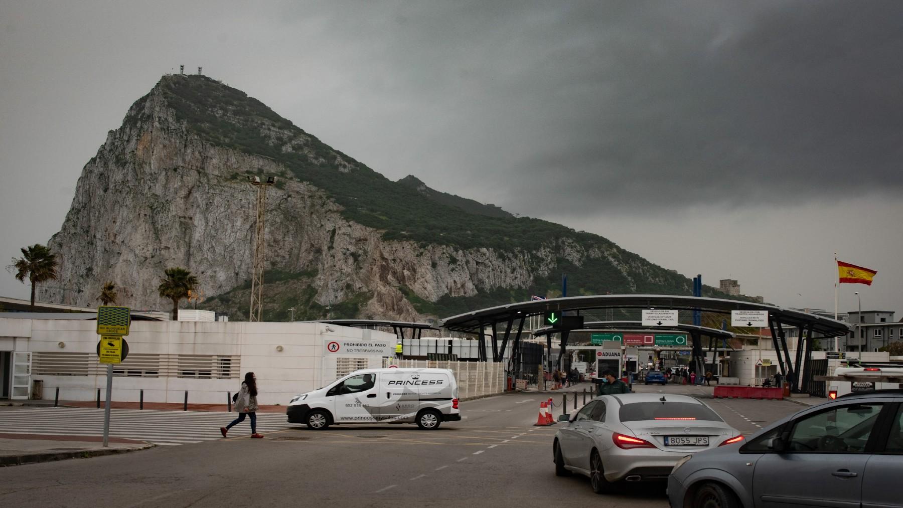 Tránsito de coches y personas en la frontera de Gibraltar (MARCOS MORENO / EUROPA PRESS). (1)
