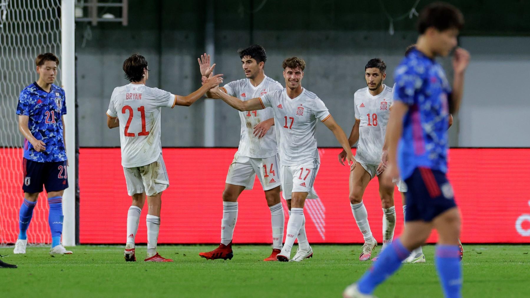 Carlos Soler celebra junto a sus compañeros el tanto en el amistoso ante Japón. (Getty)