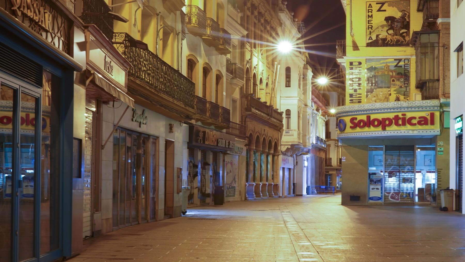 La calle Sierpes de Sevilla, completamente vacía durante el confinamiento de marzo de 2020 (EDUARDO BRIONES / EUROPA PRESS).
