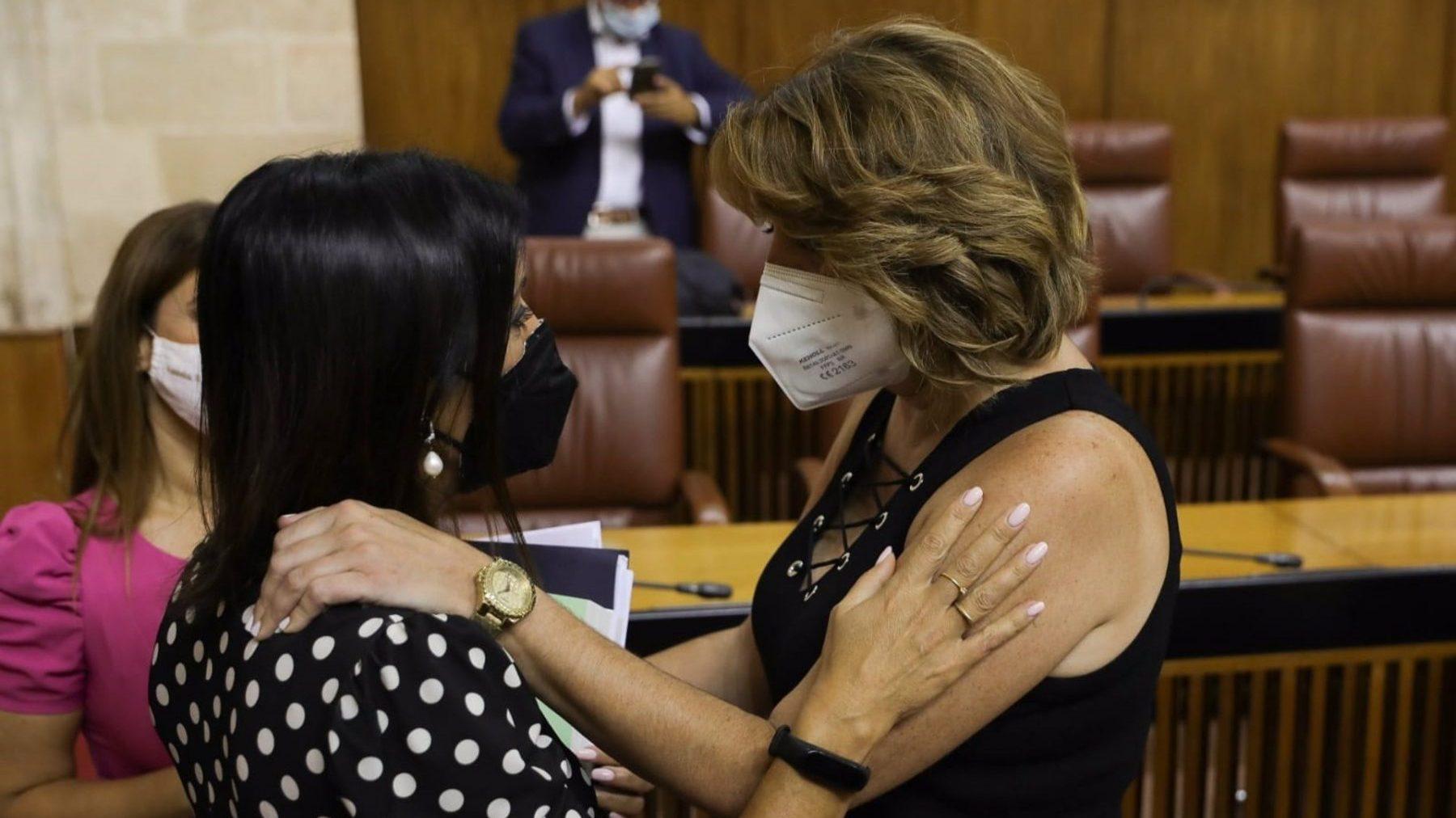 La presidenta del Parlamento de Andalucía, Marta Bosquet, felicita a Susana Díaz tras su elección como senadora (EUROPA PRESS).