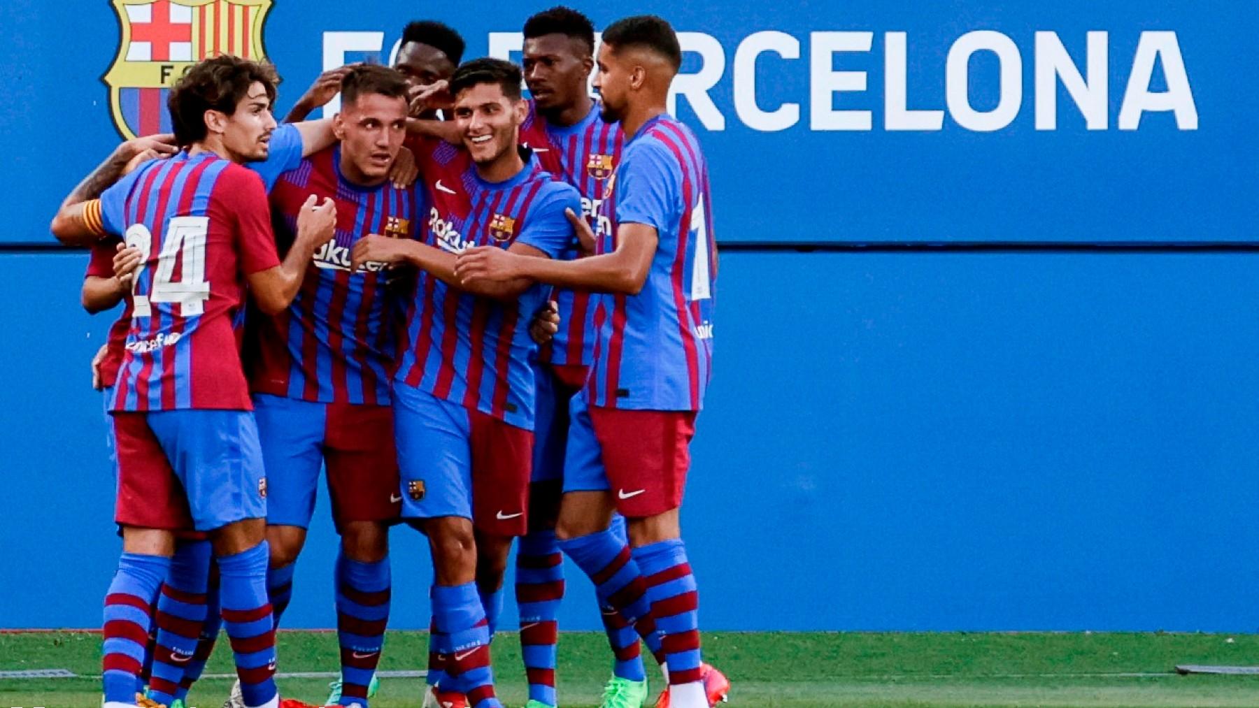 Los jugadores del Barça celebran con Manaj. (EFE)