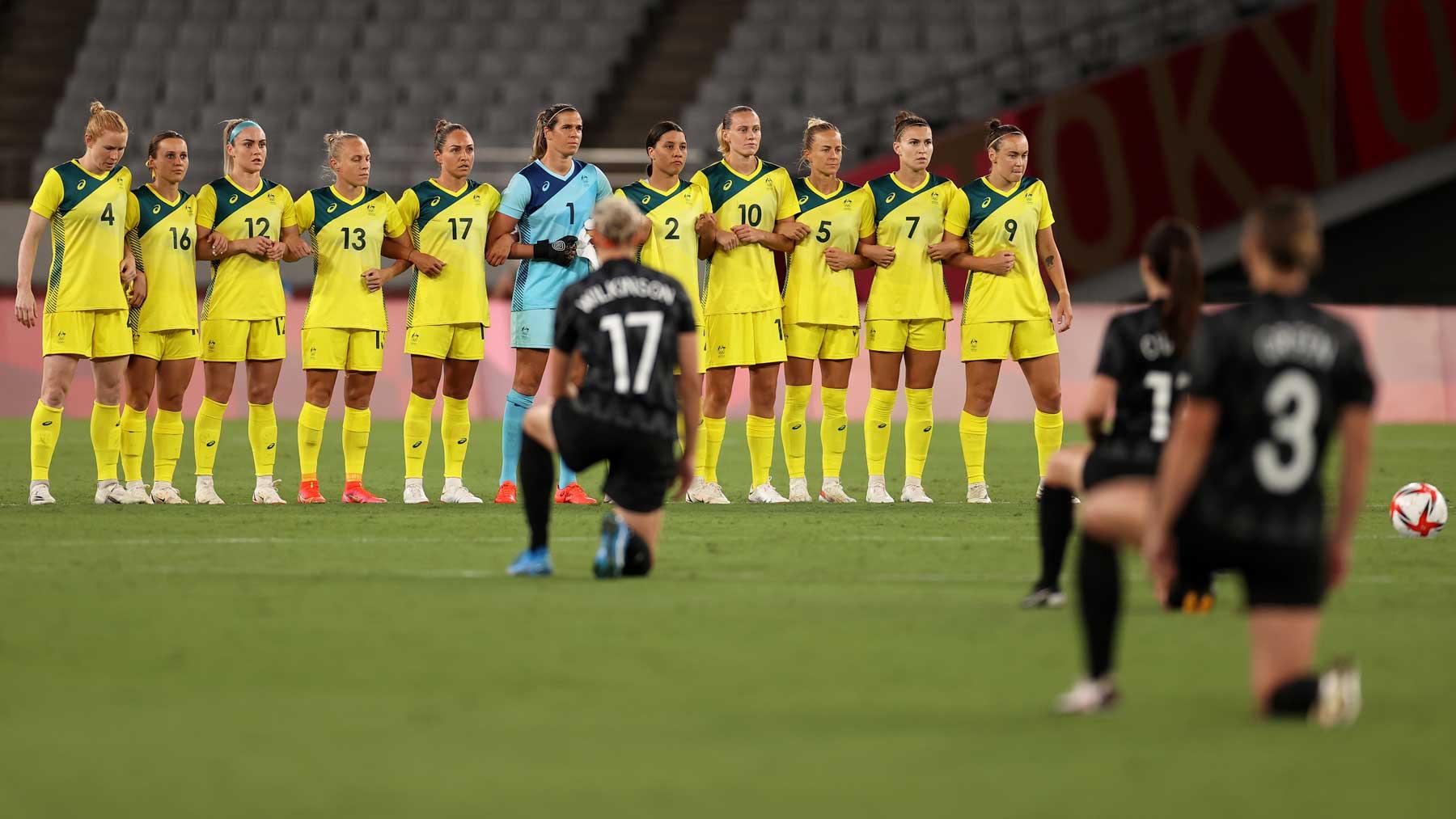 Las jugadoras de Nueva Zelanda se arrodillan antes del encuentro ante Australia en Tokio 2020 (Getty)