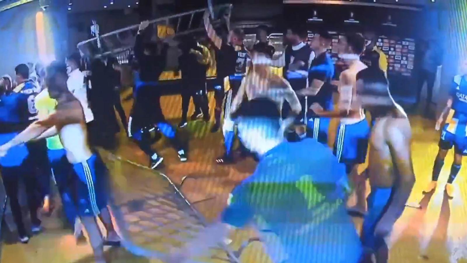 Jugadores de Boca Juniors en el túnel de vestuarios.