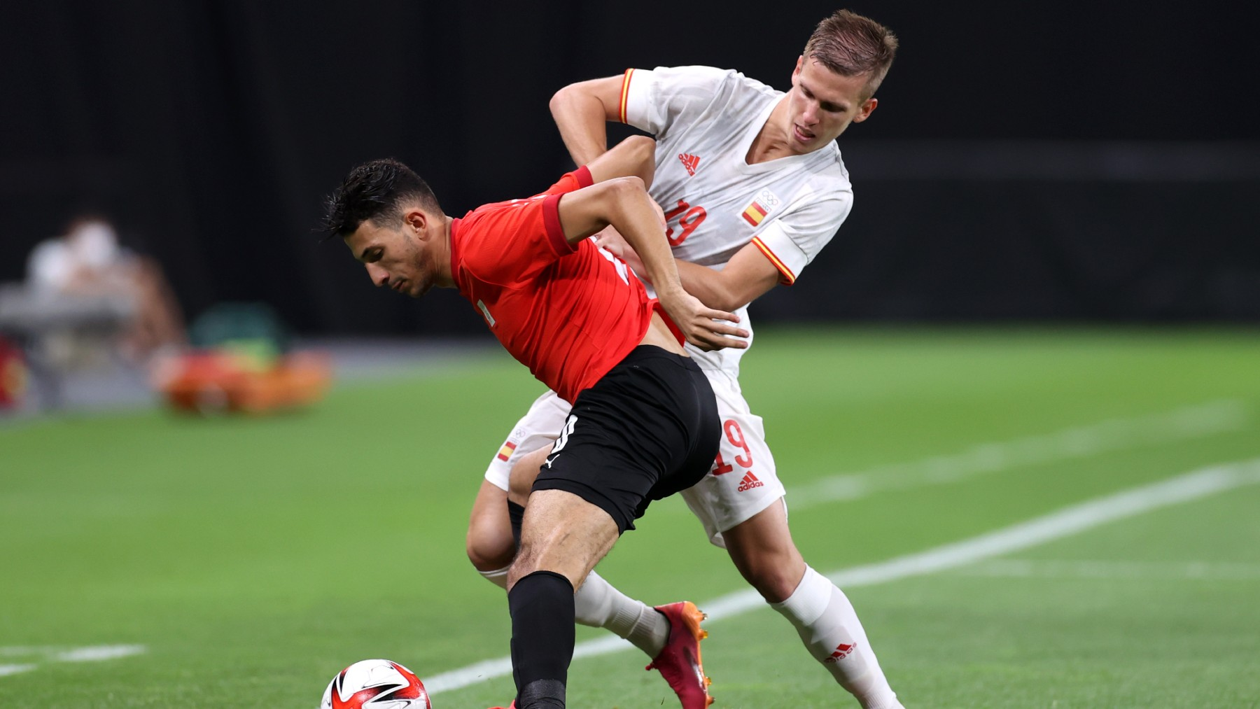 Dani Olmo pelea un balón durante el encuentro entre España y Egipto. (Getty)