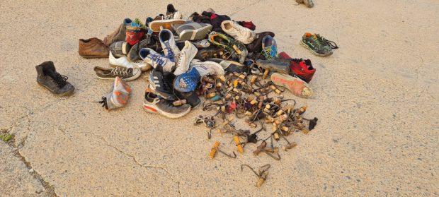 Los ganchos y zapatillas que han dejado los subsaharianos a su paso.