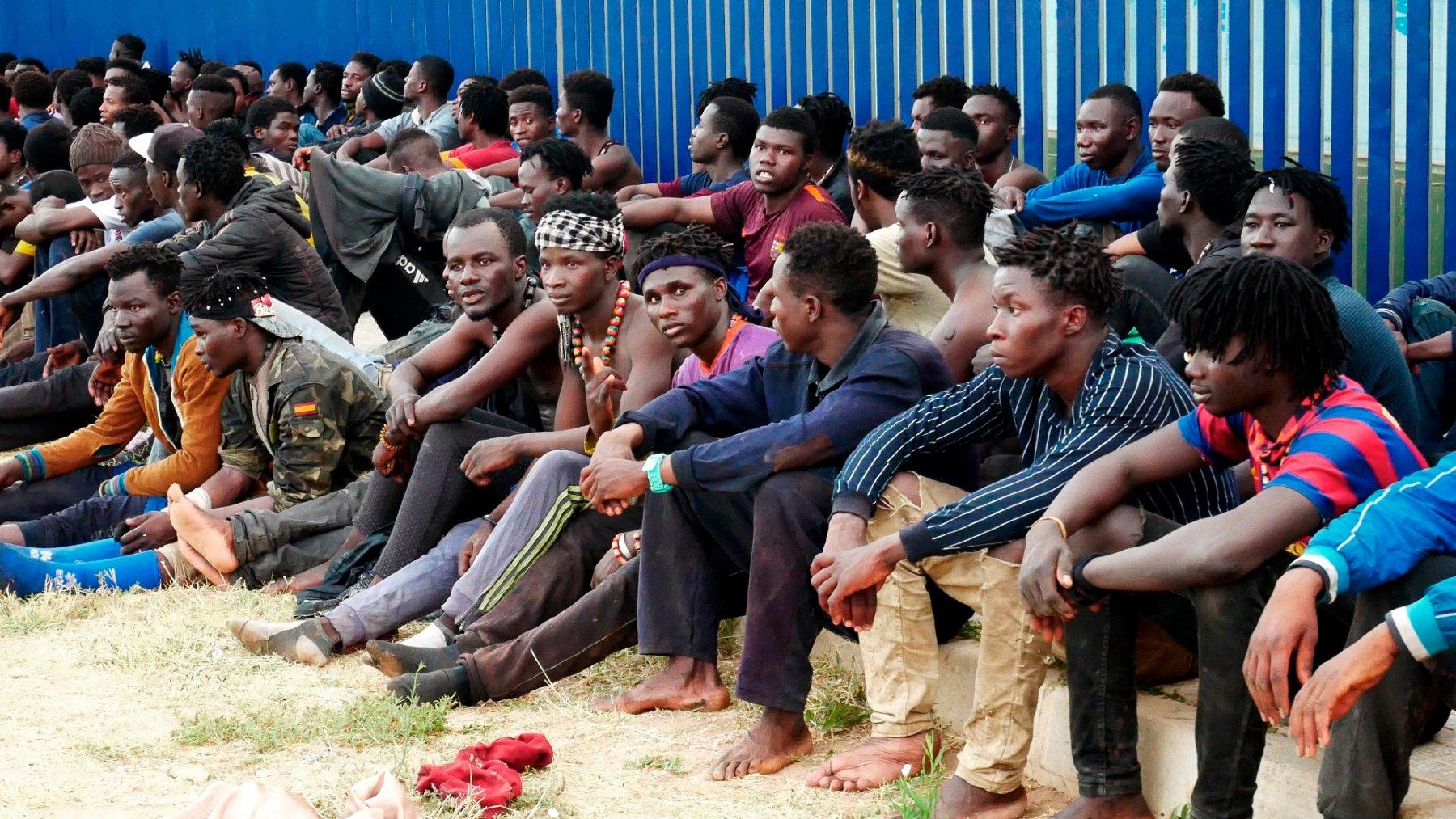Un grupo de inmigrantes subsaharianos tras haber saltado la valla de Melilla. (Foto: Efe)