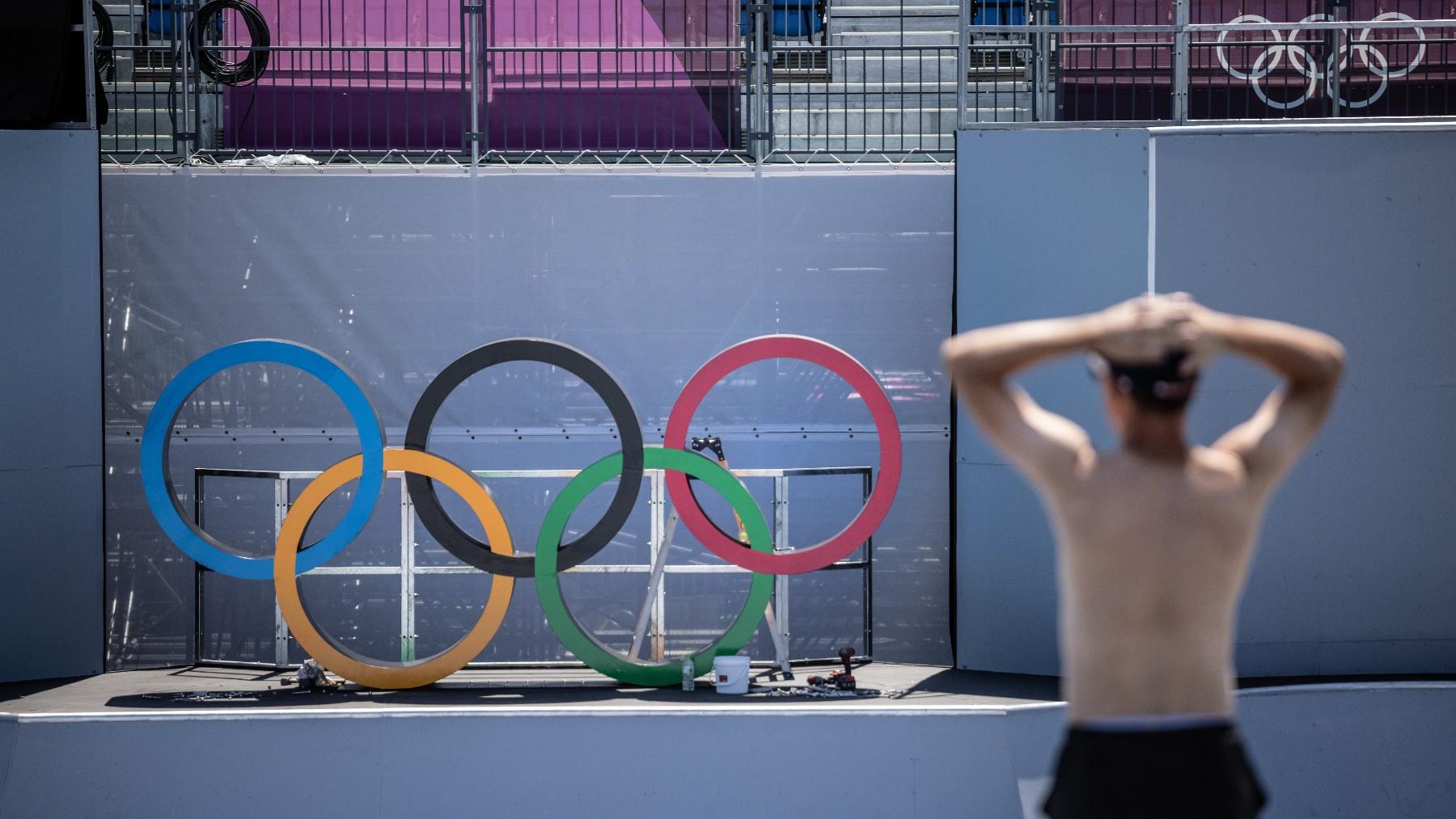 Los anillos de los Juegos Olímpicos en el estadio de la ceremonia inaugural. (Getty)