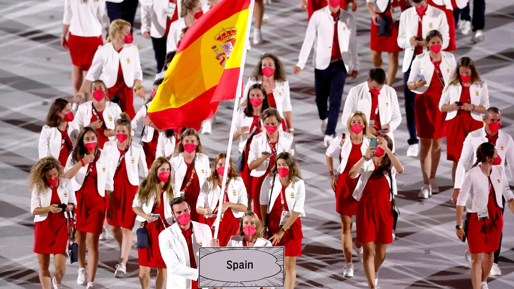 Craviotto y Belmonte llevan la bandera española en el desfile. (Getty)
