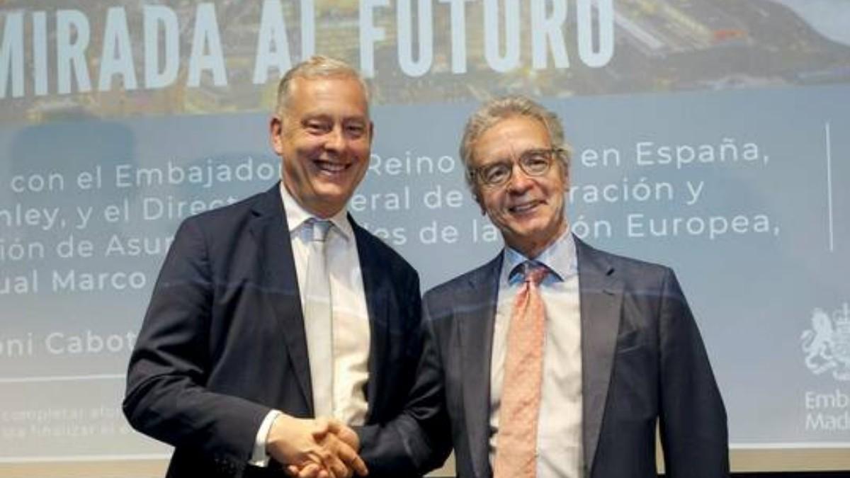 José Pascual Marco Martínez (derecha) junto al ex embajador británico en España, Simon Manley, en 2019.