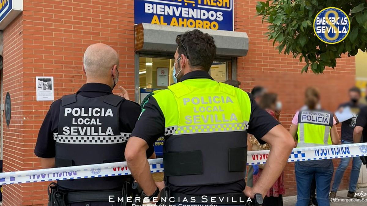 Varios agentes de la Policía en las inmediaciones del supermercado de Sevilla.