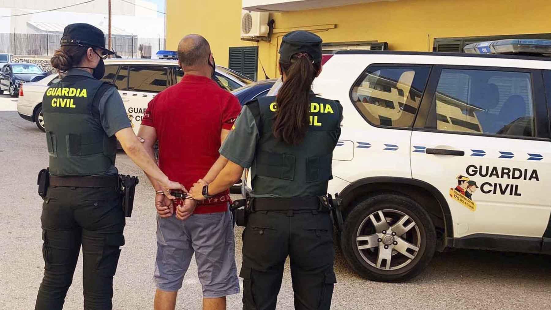 La Guardia Civil se lleva detenido al agresor. Foto: Europa Press.