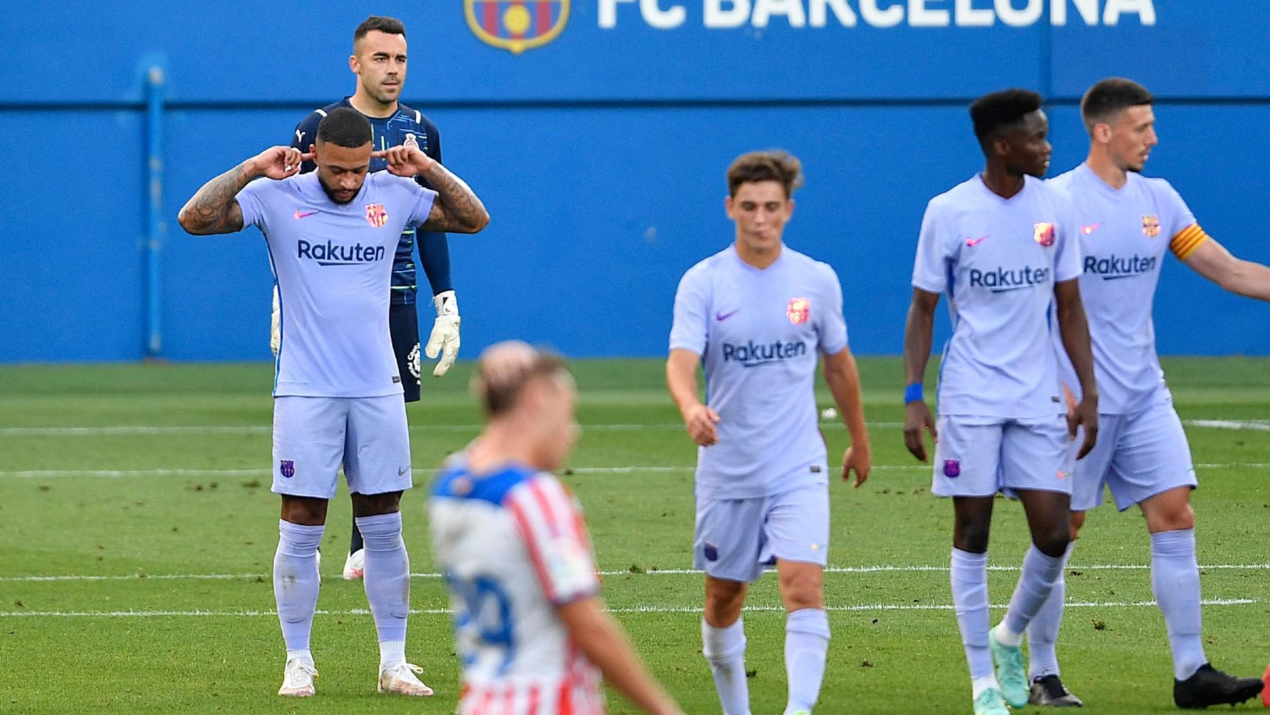 Memphis Depay celebra su tanto de penalti ante el Girona. (AFP)