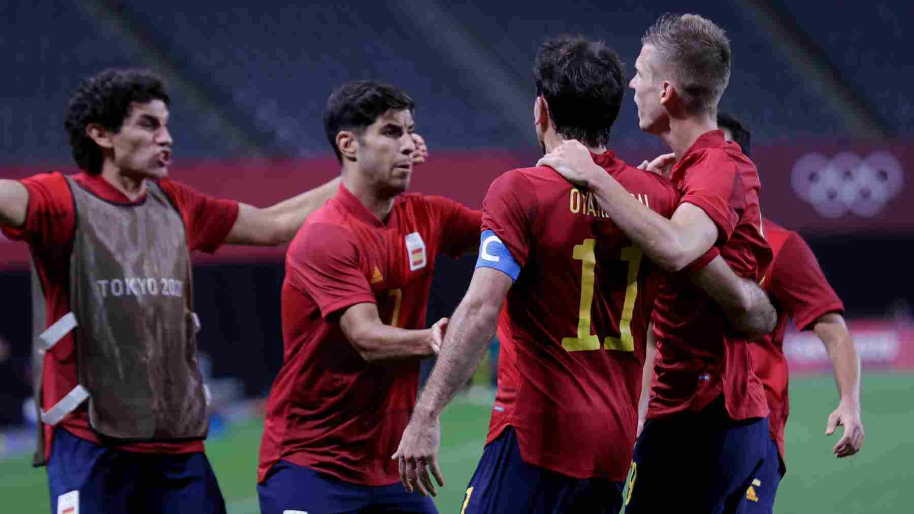 Oyarzabal agradece a Marco Asensio su asistencia. (@SeFutbol)