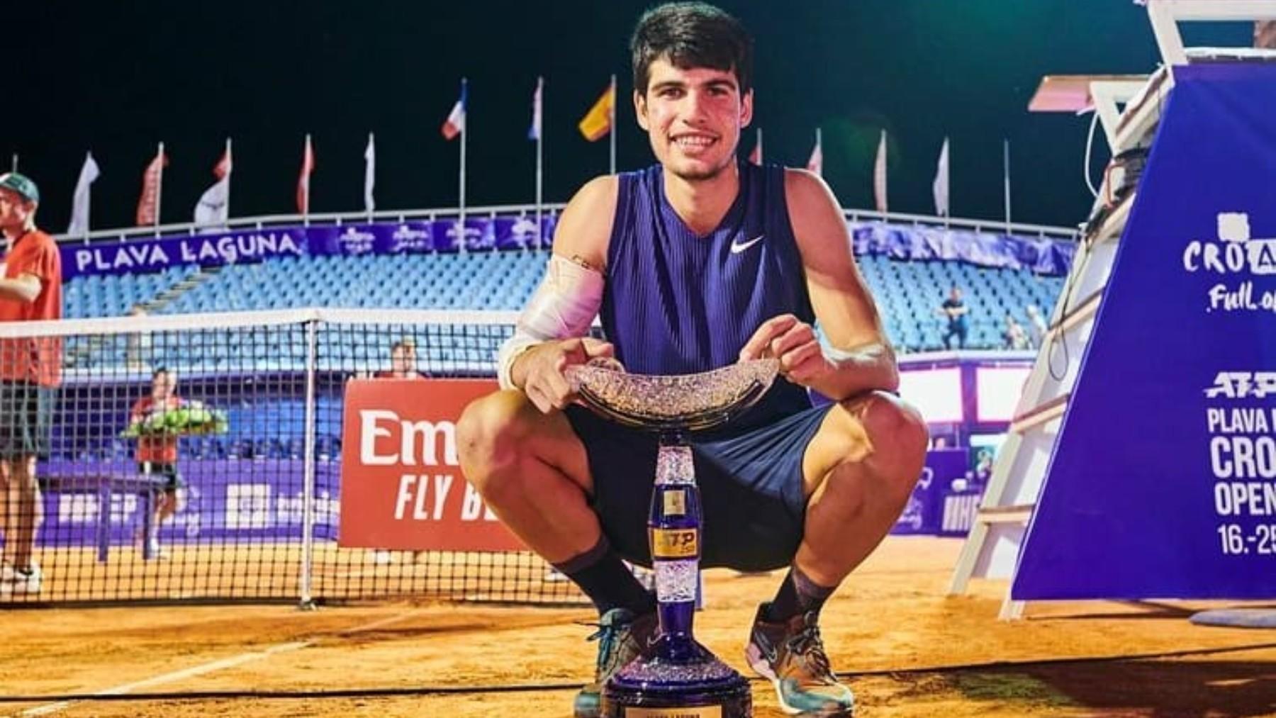 Carlos Alcaraz posa con el título de campeón en Umag. (Foto: Instagram Carlos Alcaraz)
