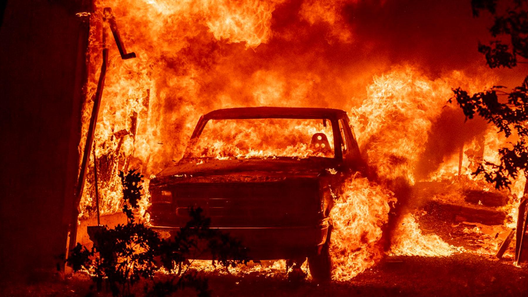 Un coche es pasto de las llamas del terrible incendio que avanza sin piedad en California, Estados Unidos. Foto: AFP