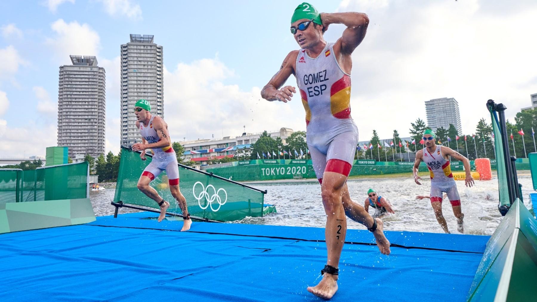 El equipo español coincidió a la salida del agua en triatlón. (COE)