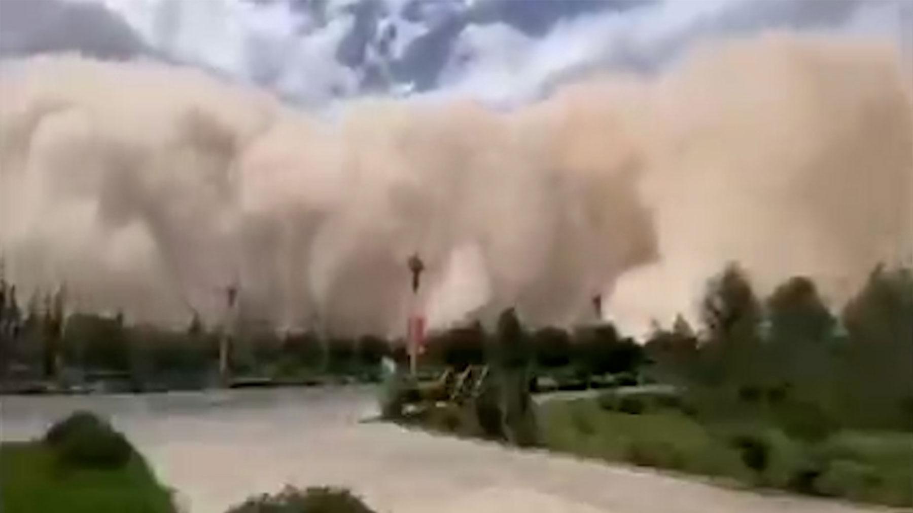 El momento en el que la tormenta de arena engulle la ciudad de Dunhuang, en China.