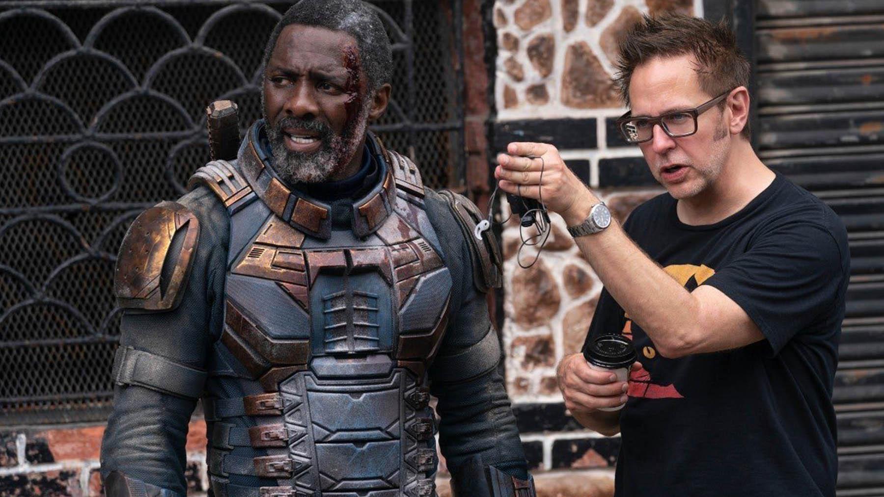 Idris Elba y James Gunn en el rodaje de «El escuadrón suicida» (Warner Bros Pictures)
