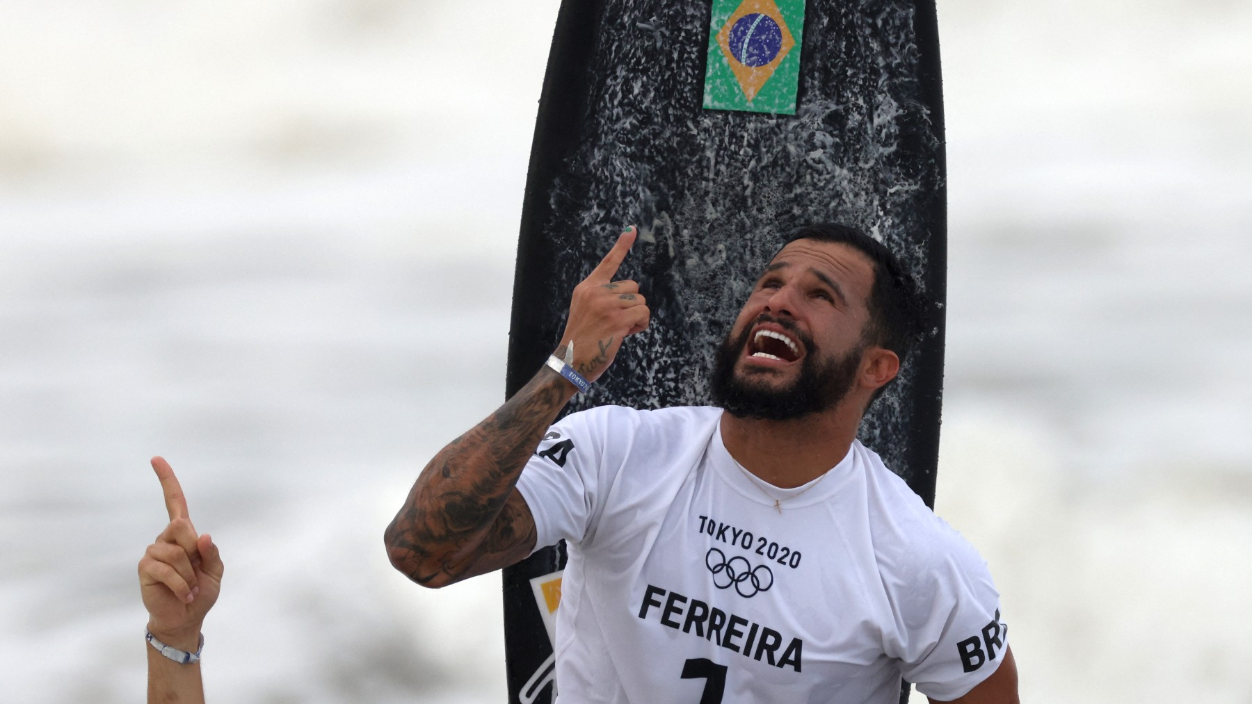 Italo Ferreira celebra su triunfo en los Juegos Olímpicos. (AFP)