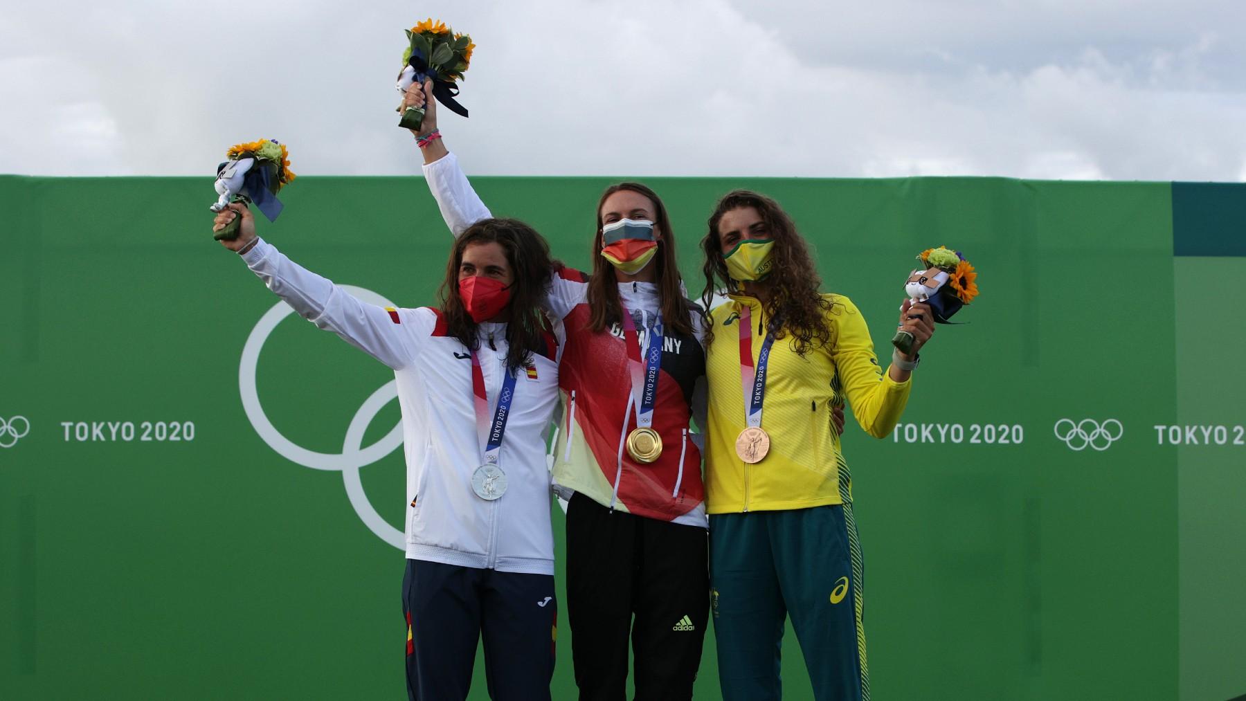 Maialen Chourraut, a la izquierda, con su medalla de plata. (AFP)