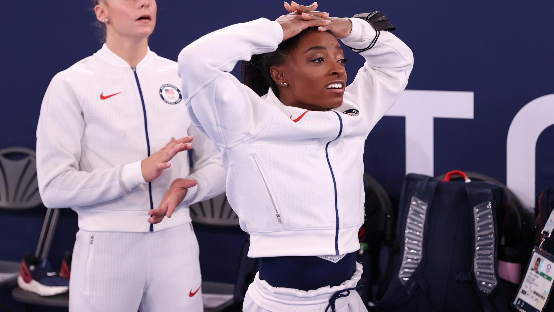Simone Biles se lleva las manos a la cabeza en la final por equipos. (Getty)