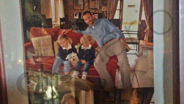El Rey Felipe VI y sus hijas en la casa de Menchu de Ribadesella.