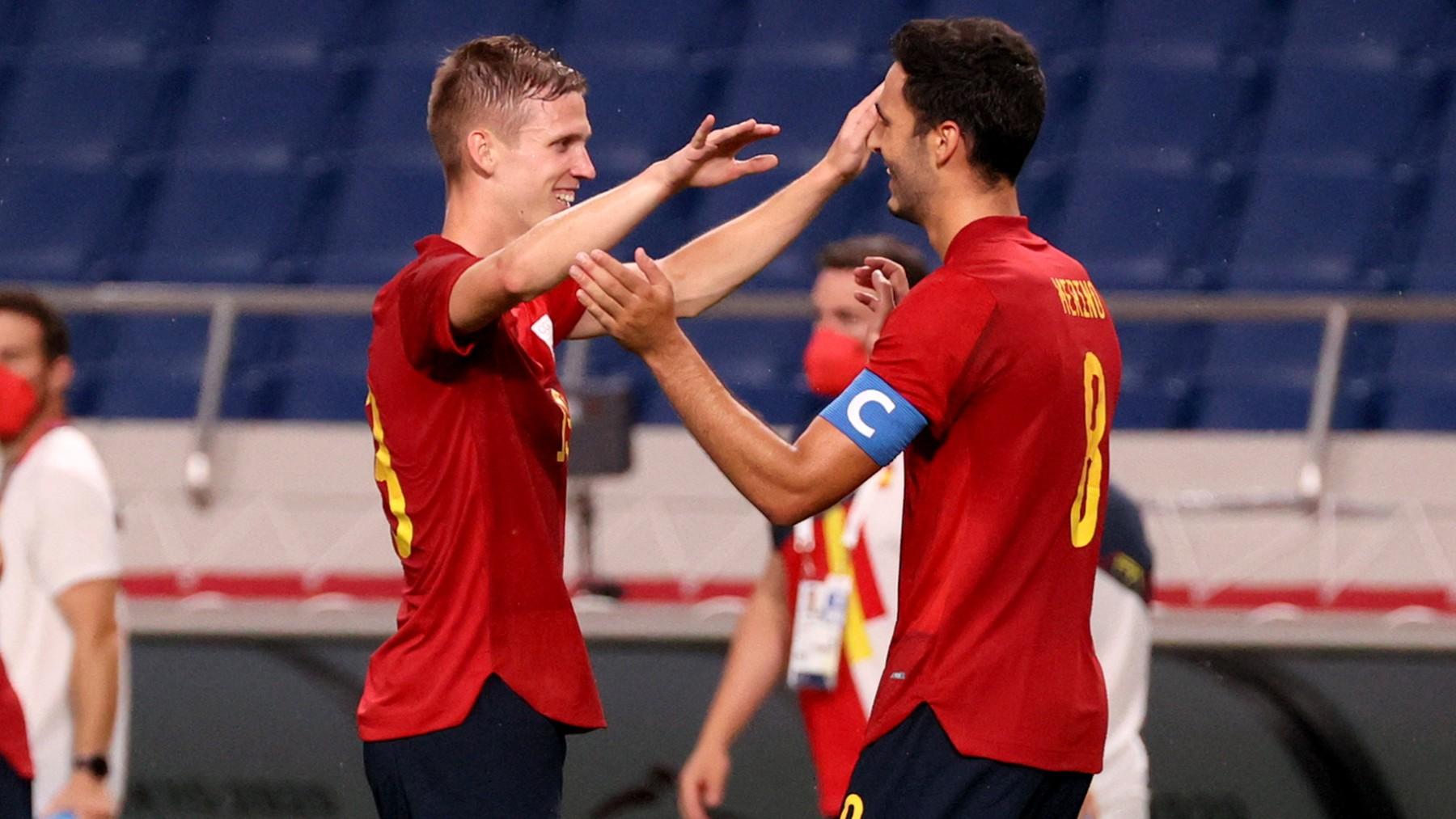 Dani Olmo y Mikel Merino celebran el gol a Argentina. (AFP)