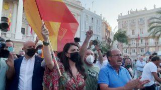 Macarena Olona se enfrenta a unos radicales en Cádiz.