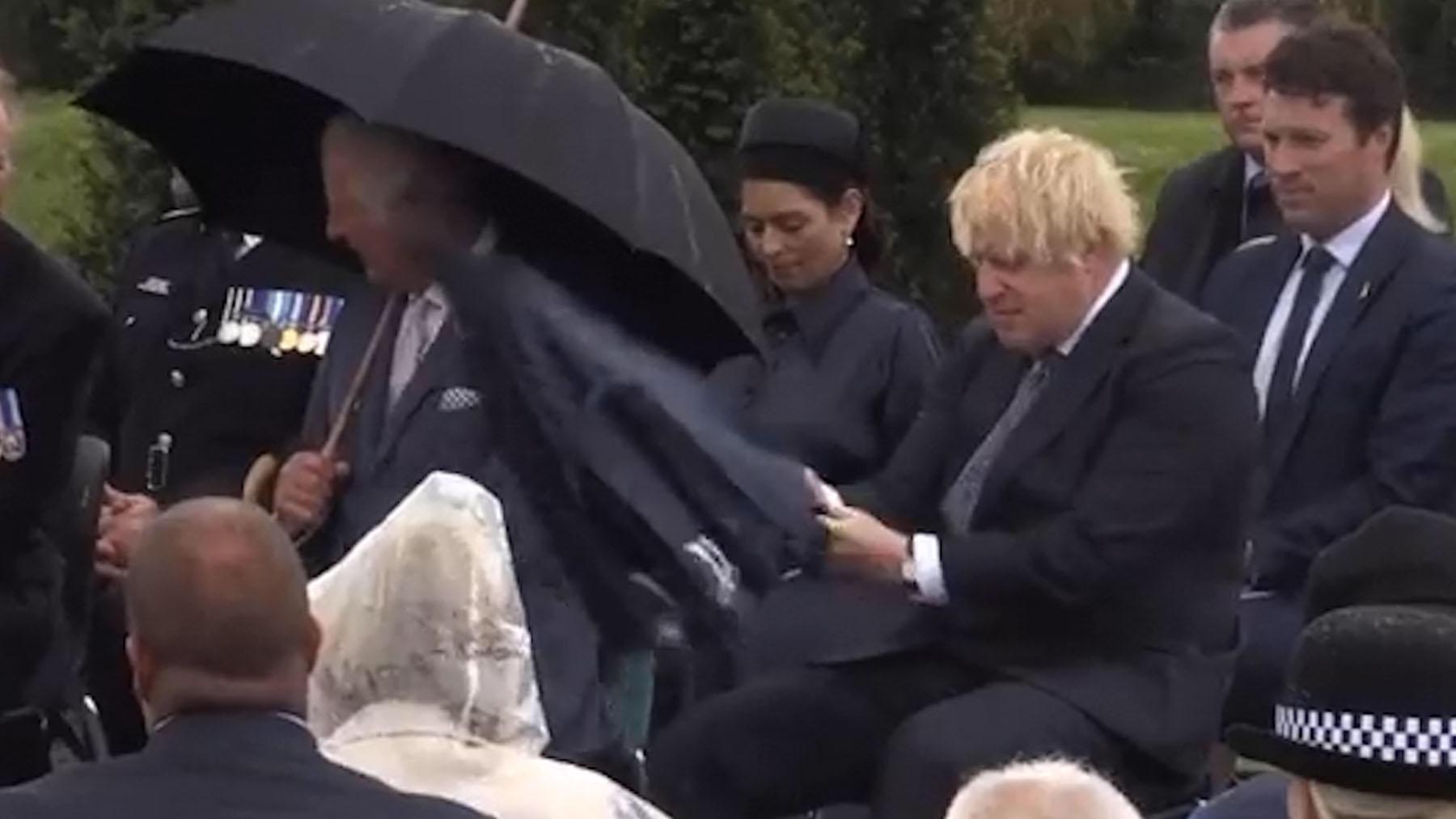 Boris Johnson se pelea con un paraguas.