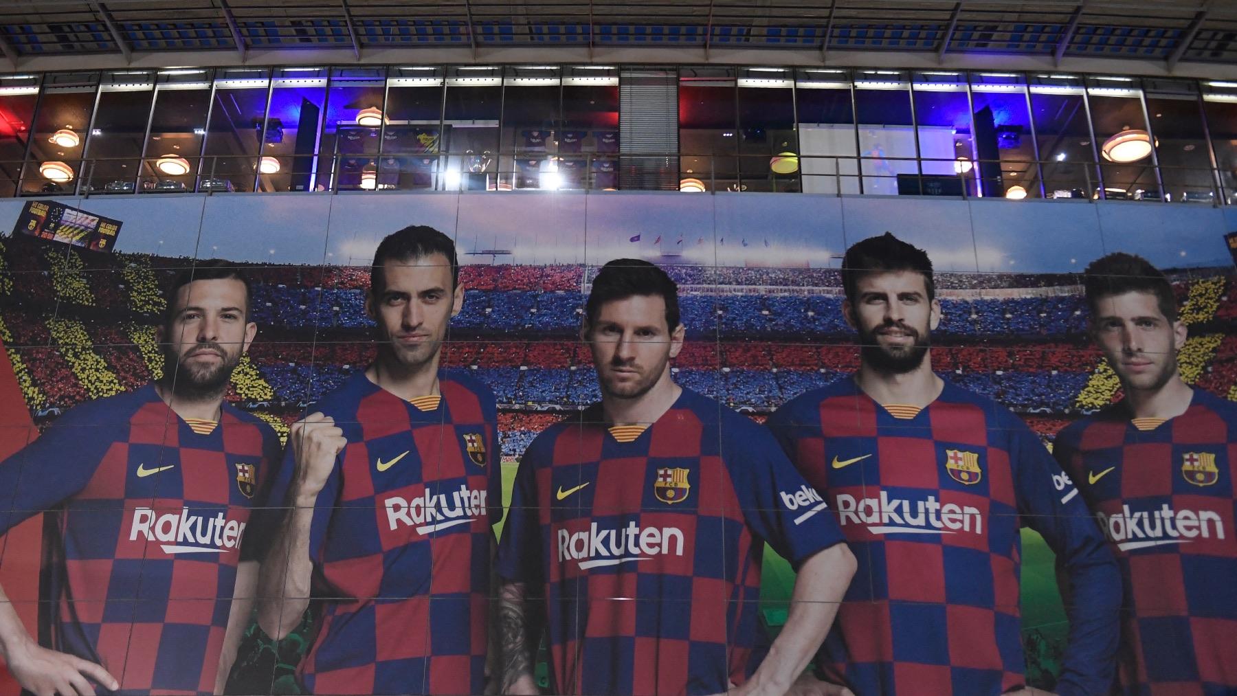 Jordi Alba, Busquets, Messi, Piqué y Sergi Roberto en una fachada del Camp Nou. (AFP)